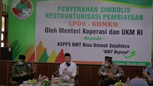 Menteri Koperasi Dan UKM, Teten Masduki saat berada di kantor koperasi BMT Bus Lasem. (Foto atas) Teten Masduki mengunjungi usaha batik tulis Desa Sendangasri, Sabtu sore (04/07).