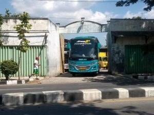 Garasi bus Po. Subur Jaya di Jl. Pemuda Rembang.