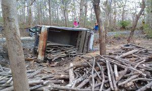 Suasana TKP kecelakaan di akses jalan antara hutan dengan Desa Telgawah Kecamatan Gunem, Selasa (21/07).