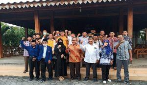 Harno (baju putih) dan Atna Tukiman (tengah baju batik) bersama pendukung koalisi, foto bareng seusai pertemuan, Jum'at sore (24/07).