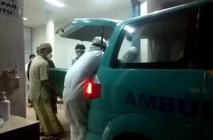 Peti jenazah Majid Kamil (Gus Kamil), Ketua DPRD Rembang dimasukkan ke dalam mobil. (Foto atas) Wakil Gubernur Jawa Tengah, Taj Yasin menggunakan APD lengkap, tampak tertunduk di depan pintu kamar jenazah, Minggu malam.