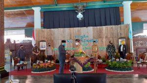 Bupati Rembang, Abdul Hafidz menyerahkan potongan tumpeng kepada Wakil Ketua DPRD, Bisri Cholil Laquf saat perayaan Hari Jadi Kabupaten Rembang ke-279. (Foto atas) Talk show jelang Hari Jadi, Bupati menyampaikan masyarakat jalani new normal dengan tetap waspada Covid-19.