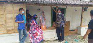 Kandidat calon Bupati dari Partai Demokrat, Harno (baju batik) saat turun ke desa-desa.