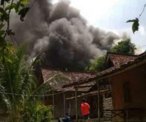 Kebakaran rumah di Desa Candimulyo, Kecamatan Sedan, Selasa siang (28/07).