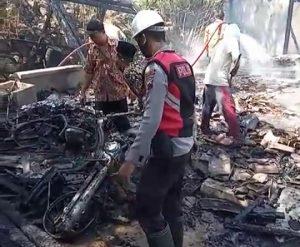 Sepeda motor ikut terbakar.