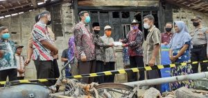 Bupati Rembang, Abdul Hafidz saat berada di lokasi kebakaran di Dusun Dologan, Desa Jatimudo, Kecamatan Sulang, Kamis (09/07).