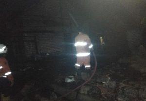 Petugas pemadam kebakaran Pemkab Rembang memadamkan api di rumah warga Desa Jatimudo, Kecamatan Sulang, Senin dini hari (06/07).