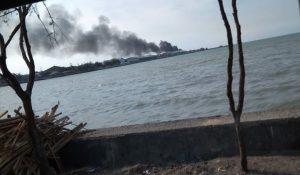 Kebakaran di sekitar TPI Tasikagung, tampak terlihat dari kejauhan, Minggu sore (12/07).