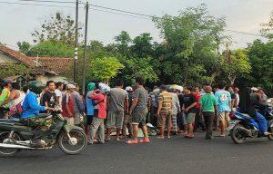 Warga di sekitar TKP kecelakaan lalu lintas, tampak mengerubungi korban meninggal dunia, Minggu sore (19/07).