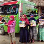 Kepala MTs Negeri 4 Rembang, Masrum menyerahkan HP android kepada salah satu siswi di Desa Grawan, Kecamatan Sumber.