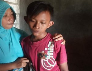 Muhammad Irfan Ma'ruf sudah ditemukan, tampak berdiri bersama ibundanya di Desa Seren, Kecamatan Sulang, Sabtu (04/07).