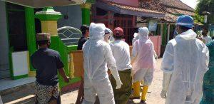 Peti jenazah yang diangkat sejumlah warga dari dalam mobil ambulance di Desa Karangmangu Kecamatan Sarang. Petugas di lapangan tak kuasa menolak.