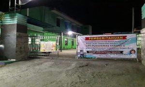 Di pintu utama masuk Puskesmas Sarang I terpasang pengumuman pelayanan Puskesmas dihentikan sementara, Rabu (08/07).