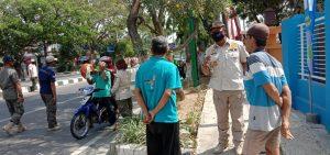Petugas Satpol PP menggelar razia masker di sekitar lampu traffic light Perempatan Galonan Rembang, Kamis (23/07).
