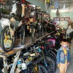 Calon pembeli mengamati deretan sepeda, di toko sebelah barat Pasar Rembang, Minggu (12 Juli 2020).