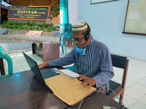 Seorang guru SMP N 3 Pamotan mengajar online kajian kitab kuning, Jum'at (24/07).