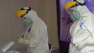 Tim medis menggunakan APD lengkap, saat menjalankan tugas di tengah pandemi Covid-19. APD umumnya sekali pakai, sehingga menyedot anggaran cukup besar.