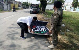 Penertiban atribut bertuliskan #2020 Ganti Bupati di sepanjang jalan raya Pamotan – Japeledok, Kamis (06/08).