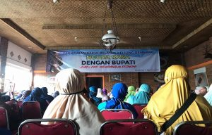 Bakul belanja keliling menyampaikan aspirasi mereka kepada Bupati Rembang, Abdul Hafidz. (Foto atas) Bupati Rembang, Abdul Hafidz melihat barang dagangan bakul keliling, Sabtu sore (15/08).