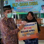 Bupati Rembang, Abdul Hafidz menyerahkan secara simbolis BLT dana desa di Kecamatan Gunem, beberapa waktu lalu.