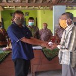 Pelaksana Tugas Kepala Badan Penanggulangan Bencana Daerah (BPBD), Budi Asmara (berkaca mata) menyerahkan bantuan kepada korban kebakaran, Ngusman, warga Desa Candimulyo Kecamatan Sedan, Sabtu (02/08).