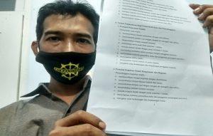 Dalang Ki Sigit Ariyanto menunjukkan aturan pentas, dalam SK Kementerian Desa, Pembangunan Daerah Tertinggal Dan Transmigrasi. (Foto atas) Anggota Komisi IV DPRD Rembang, Dumadiyono menyampaikan pendapatnya ketika pertemuan, Senin (03/08).