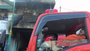 Seorang petugas pemadam kebakaran dari Blora yang ikut membantu pemadaman di Rembang, tertidur di atas kendaraan, karena kelelahan, Kamis pagi. (Foto atas) Anak dari pemilik Toko Mebel Tunggal Jaya, Kustanto memandangi tokonya yang terbakar.