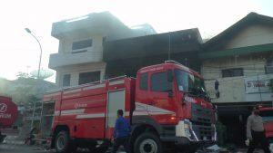 Mobil pemadam kebakaran dari Djarum Kudus ikut membantu.