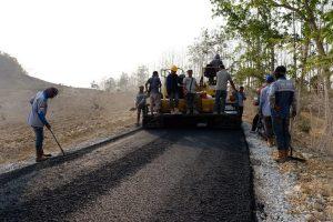 Pembangunan jalan penghubung antar desa yang lokasinya berdekatan dengan pabrik semen PT Semen Gresik, beberapa waktu lalu.