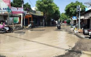 Kondisi jalan di pertigaan Pandangan, Kecamatan Kragan. Tampak seorang warga mandi di tengah jalan (diolah dari berbagai sumber).