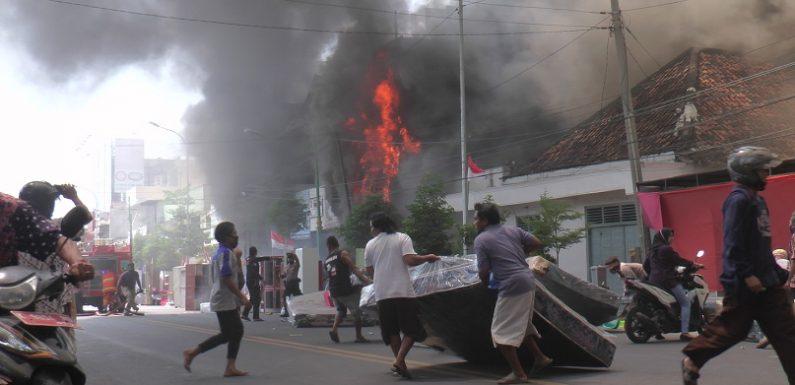 Kebakaran Toko Mebel Terbesar Di Rembang, Warga Sekitar TKP Dicekam Kepanikan