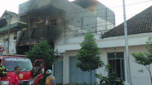 Rumah dan toko emas Bintang di sebelah selatan Toko Mebel Tunggal Jaya selamat dari amukan api. (Foto atas) Hasil jepretan drone TKP kebakaran, sebelum api dipadamkan. (The infinity Space Rembang).