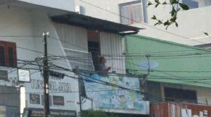 Seorang warga yang tokonya di sebelah utara Toko Mebel Tunggal Jaya, terlihat berdo'a di lantai atas, Kamis pagi (06/08).