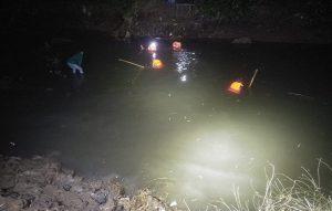 Suasana proses pencarian di Sungai Bagan Lasem. (Foto atas) Jenazah korban dievakuasi oleh petugas tim gabungan, Sabtu malam.