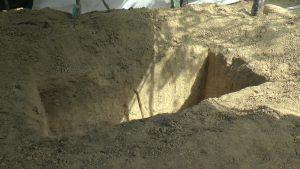 Suasana pembongkaran makam Rupi'ah di Desa Pohlandak Kecamatan Pancur, Selasa. (Foto atas) Adik korban menunjukkan foto almarhumah Rupi'ah.