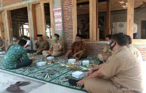 Bupati Rembang, Abdul Hafidz hadir di lokasi pembangunan Masjid Al-Ittihad Desa Sawahan. (Foto atas) Bupati menyerahkan bantuan pembangunan Mushola di Desa Gegunung Wetan, Senin (03/08).