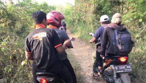 Perjalanan rombongan Coklit pemilih Pilkada Rembang, menuju kediaman bu Kartini, di tengah hutan perbatasan Jateng-Jatim, belum lama ini. (Foto atas) Suasana Coklit di rumah bu Kartini.