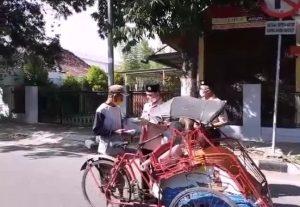 Ketua Gerakan Pramuka Kwarcab Rembang, Bayu Andriyanto saat melaksanakan kegiatan Pramuka Peduli, Kamis (14/08).