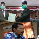 Bupati Rembang, Abdul Hafidz menerima dokumen penetapan KUA PPAS 2021 dari PLT Ketua DPRD, Bisri Cholil Laquf, Jum'at (25/09). (Insert) Gunasih, anggota DPRD dari Partai Demokrat.