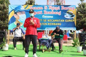 Bupati Rembang, Abdul Hafidz saat berada di lapangan Desa Tegaldowo, Kecamatan Gunem, Sabtu (19/09).