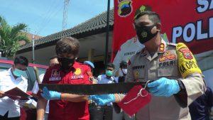 Kapolres Rembang, AKBP Kurniawan Tandi Rongre, Rabu (16/09) menunjukkan barang bukti gergaji. (Foto atas) Truk berisi kayu sonokeling yang diamankan dari tersangka pelaku.