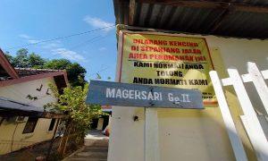Warga sekitar Alun-Alun Rembang mengeluhkan bau pesing dan kotoran sampah. Tampak tulisan larangan kencing terpasang.