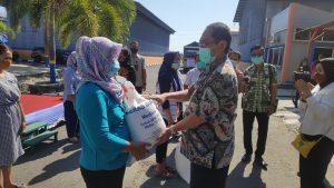 Pjs Bupati Rembang, Imam Maskur menyerahkan bantuan beras kepada penerima PKH di halaman Gudang Bulog Rembang, Selasa (29/09).