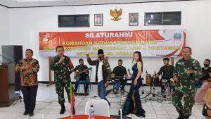 Komandan Kodim Rembang, Letkol Donan Wahyu Sejati (pegang microphone) menyumbangkan lagu, saat kegiatan silaturahmi, Kamis sore (10/09).
