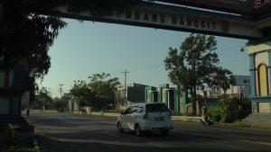 Kendaraan masuk gapura Rembang sisi barat di jalur Pantura Desa Banyudono, Kecamatan Kaliori. Menurut rencana, di sebelah barat gapura ini, kelak akan dimulai untuk jalan lingkar.