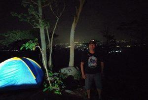 Menikmati malam dari puncak Gunung Wahyu.