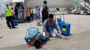 Momen sujud syukur jemaah haji ketika pulang sebelum masa pandemi Covid-19 (metrojateng).