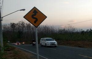 Pengguna mobil pribadi melintas di Jalan Rembang – Blora. Jalan tol yang melintasi Kabupaten Rembang, mengambil jalur sebelah selatan Kota Rembang.