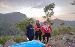 Kades Jinanten Kecamatan Sale, Yayuk Widayanti (tengah) saat berada di puncak Gunung Wahyu Desa Bitingan.