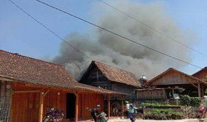 Kepulan asap membumbung tinggi dalam peristiwa kebakaran di Desa Dowan Kecamatan Gunem. (Foto atas) Masyarakat dan pihak Damkar bahu membahu memadamkan api, Sabtu (12/09).